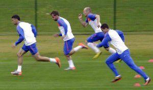 jugadores-holanda-calentamiento-sesion-entrenamiento-futbol-estadio-princesa-magogo-municipio-kwamashu-durban-rf_175147