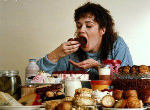 como la comida afecta tu vida sexual-persona comiendo